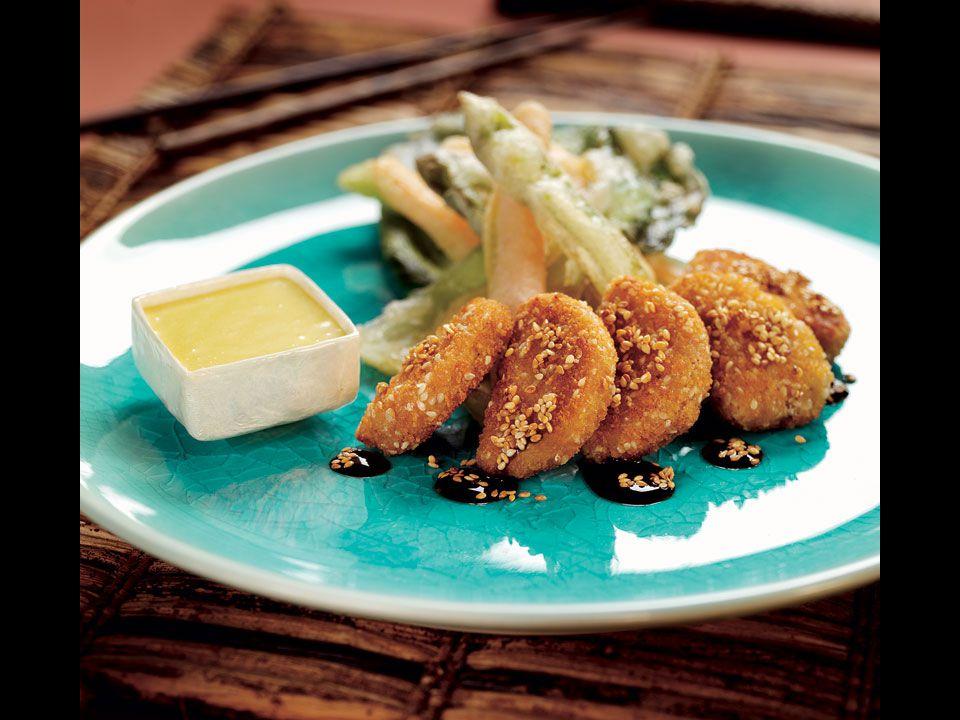 Sesam nuggets med tempuragrönsaker - 4 portioner 1 pkt Hälsans Kök Sesam nuggets teriyakisås Tempuragrönsaker tempuramix 4 morötter skurna i stavar 8 sticklökar 8 gröna sparrisar 1 bok choy olja att fritera i Wasabicrème 2 dl majonnäs ca 1 tsk wasabi 1 lime Blanda tempuramixen enligt anvisningarna på förpackningen.