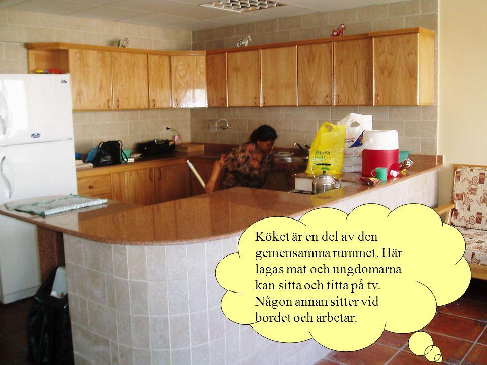 Köket är en del av den gemensamma rummet.Här lagas mat och ungdomarna kan sitta och titta på tv.