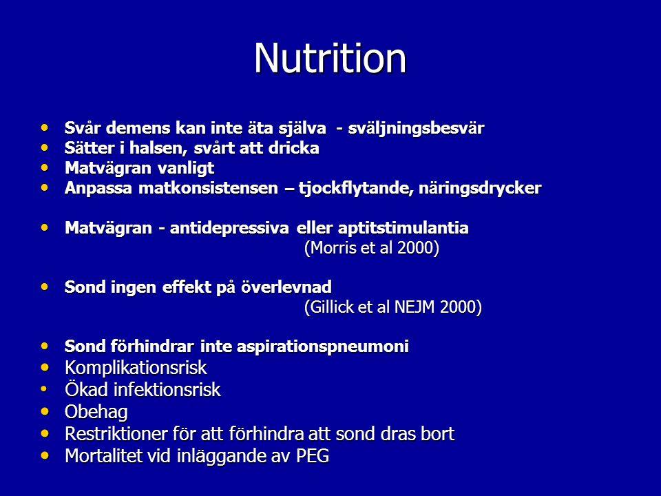 Nutrition Bekräfta oron Bekräfta oron Espen guidelines Espen guidelines Kroppen signalerar hunger – sträcker sig efter mat, dryck osv, oro Kroppen signalerar hunger – sträcker sig efter mat, dryck osv, oro Sjukdomsprogress leder till minskad ork, minskad aktivitet och därför minskat näringsintag Sjukdomsprogress leder till minskad ork, minskad aktivitet och därför minskat näringsintag Det kommer en dag när vi inte kan vända förloppet genom att tillföra näring, och den näring vi ger ökar lidandet, ökar illamående därför att kroppen inte kan tillgodogöra sig näringen och då leder överskottet till illamående Det kommer en dag när vi inte kan vända förloppet genom att tillföra näring, och den näring vi ger ökar lidandet, ökar illamående därför att kroppen inte kan tillgodogöra sig näringen och då leder överskottet till illamående På samma sätt kan ett överskott av vätska leda till svårigheter att andas om man inte kan dricka, att fukta i munnen kan vara lika bra lindring av törst och verkar dessutom direkt På samma sätt kan ett överskott av vätska leda till svårigheter att andas om man inte kan dricka, att fukta i munnen kan vara lika bra lindring av törst och verkar dessutom direkt Försämringen i ork och intresse för mat beror inte på svält utan på att sjukdomen är inne i en ny fas, en fas som inte kan vändas med näring Försämringen i ork och intresse för mat beror inte på svält utan på att sjukdomen är inne i en ny fas, en fas som inte kan vändas med näring Har man dessutom prövat näringsdrycker och försämringen fortsatt ändå, har man stöd för att brist på näring inte är problemet Har man dessutom prövat näringsdrycker och försämringen fortsatt ändå, har man stöd för att brist på näring inte är problemet Det är alltså inte så att det är svält som leder till försämringen, utan sjukdomen i sig som gör att man inte gör av med lika mycket energi och därför inte äter – man är på väg att avsluta sitt liv Det är alltså inte så att det är svält som leder till försämringen, ut