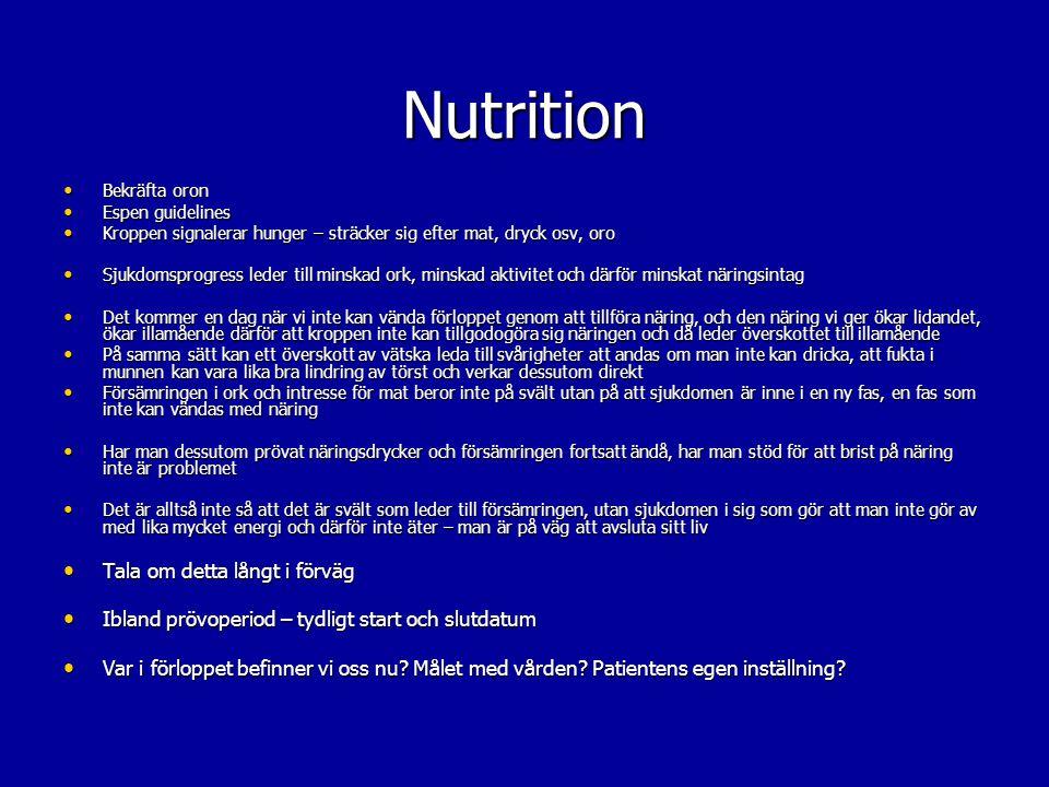 Bekräfta oron Bekräfta oron Espen guidelines Espen guidelines Skillnad på svält och kakexi Skillnad på svält och kakexi Kroppen signalerar hunger och törst Kroppen signalerar hunger och törst Sjukdom leder till minskad ork och aktivitet leder till minskar näringsintag Sjukdom leder till minskad ork och aktivitet leder till minskar näringsintag Näring kan inte vända förloppet vid kakexi, och den näring vi ger ökar illamående därför att kroppen inte kan tillgodogöra sig näringen och då leder överskottet till illamående Näring kan inte vända förloppet vid kakexi, och den näring vi ger ökar illamående därför att kroppen inte kan tillgodogöra sig näringen och då leder överskottet till illamående Överskott av vätska leder till svårigheter att andas Överskott av vätska leder till svårigheter att andas - om man inte kan dricka, att fukta i munnen kan vara lika bra lindring av törst och verkar dessutom snabbare Försämringen i ork och intresse för mat beror vid demens inte på svält utan på att sjukdomen är inne i en ny fas, en fas som inte kan vändas med näring Försämringen i ork och intresse för mat beror vid demens inte på svält utan på att sjukdomen är inne i en ny fas, en fas som inte kan vändas med näring Har man dessutom prövat näringsdrycker och försämringen fortsatt ändå, har man stöd för att brist på näring inte är problemet Har man dessutom prövat näringsdrycker och försämringen fortsatt ändå, har man stöd för att brist på näring inte är problemet Det är alltså inte så att det är svält som leder till försämringen, utan sjukdomen i sig som gör att man inte gör av med lika mycket energi och därför inte äter – man är i en ny fas av sjukdomen – man är på väg att avsluta sitt liv Det är alltså inte så att det är svält som leder till försämringen, utan sjukdomen i sig som gör att man inte gör av med lika mycket energi och därför inte äter – man är i en ny fas av sjukdomen – man är på väg att avsluta sitt liv Tala om detta långt i förväg Tala om detta långt i förväg Ibland