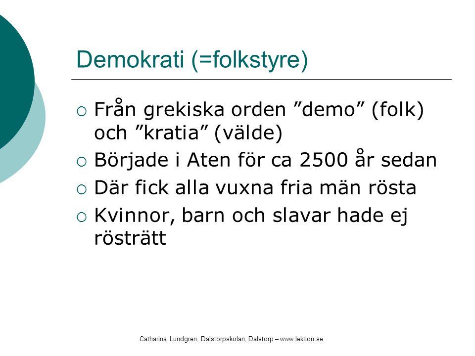 """Demokrati (=folkstyre)  Från grekiska orden """"demo"""" (folk) och """"kratia"""" (välde)  Började i Aten för ca 2500 år sedan  Där fick alla vuxna fria män r"""