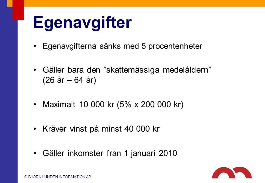 """© BJÖRN LUNDÉN INFORMATION AB Egenavgifter Egenavgifterna sänks med 5 procentenheter Gäller bara den """"skattemässiga medelåldern"""" (26 år – 64 år) Maxim"""