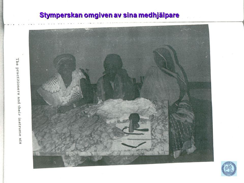 Rose-Marie Holst, leg läk KKSU/Östra Stymperskan omgiven av sina medhjälpare