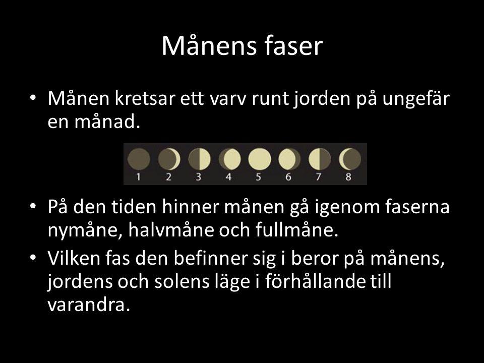 Månens faser Månen kretsar ett varv runt jorden på ungefär en månad. På den tiden hinner månen gå igenom faserna nymåne, halvmåne och fullmåne. Vilken