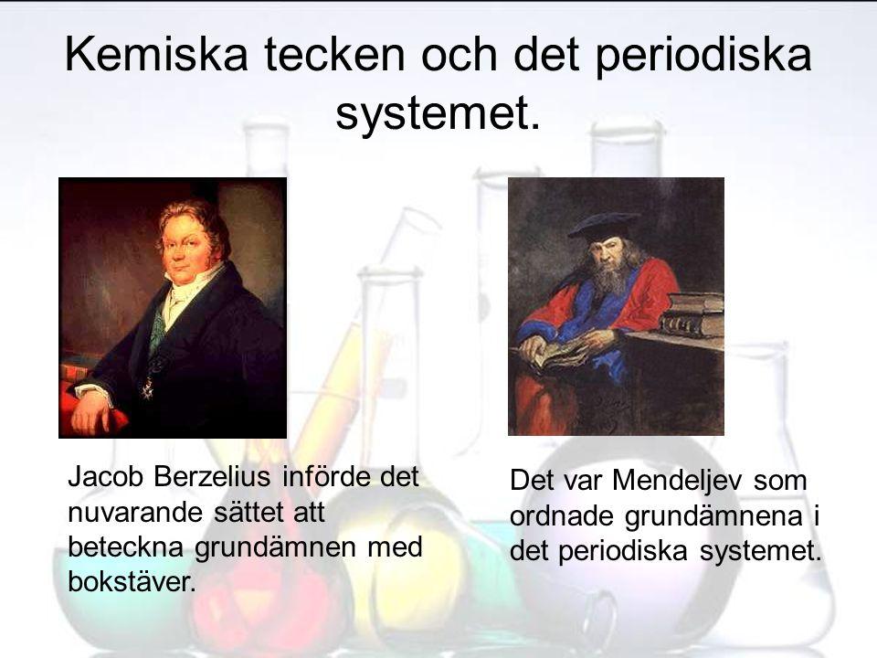 Kemiska tecken och det periodiska systemet. Jacob Berzelius införde det nuvarande sättet att beteckna grundämnen med bokstäver. Det var Mendeljev som