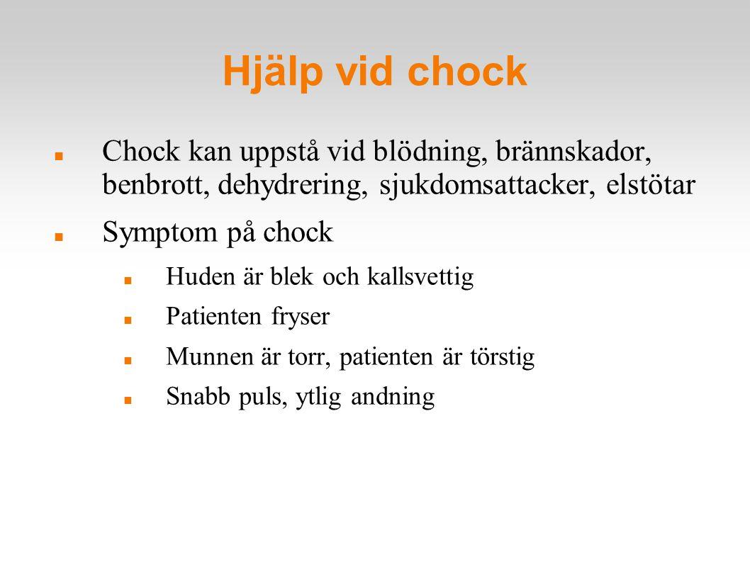 Hjälp vid chock Chock kan uppstå vid blödning, brännskador, benbrott, dehydrering, sjukdomsattacker, elstötar Symptom på chock Huden är blek och kalls