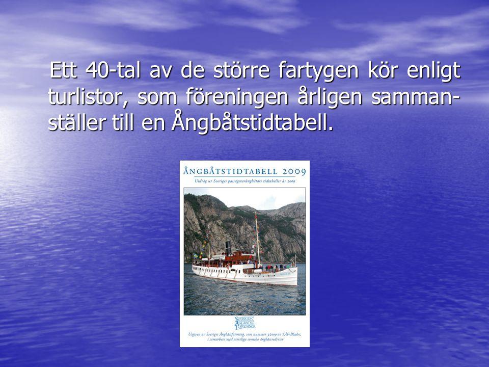 Ett 40-tal av de större fartygen kör enligt turlistor, som föreningen årligen samman- ställer till en Ångbåtstidtabell.