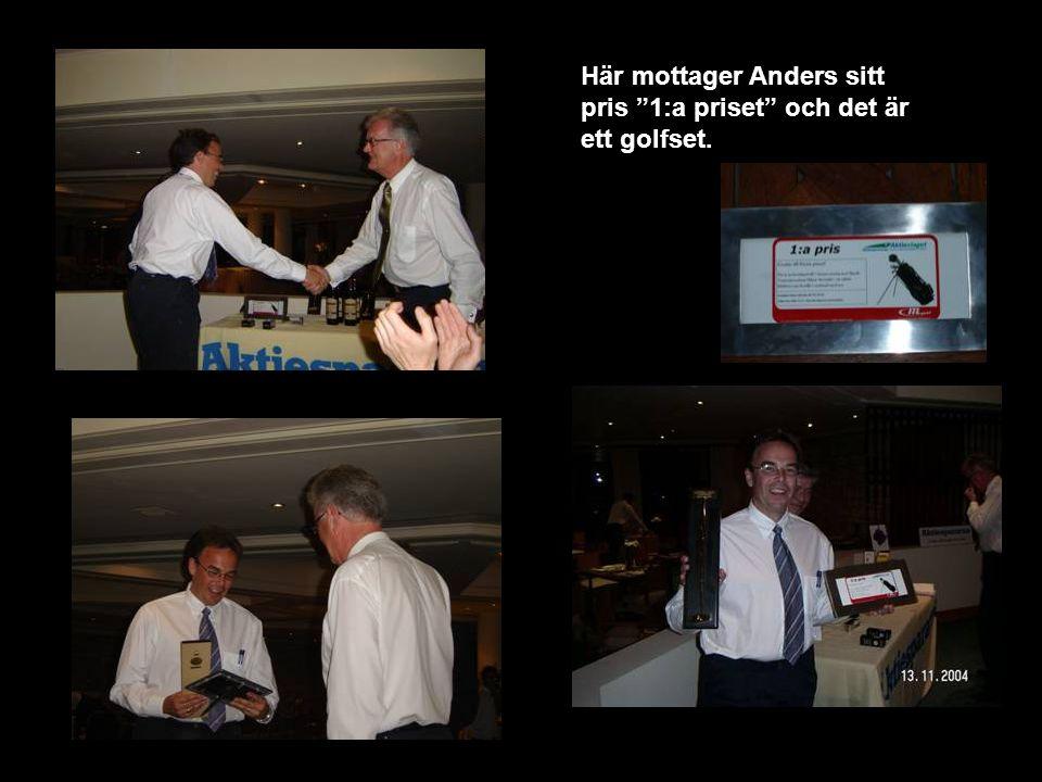 Här mottager Anders sitt pris 1:a priset och det är ett golfset.