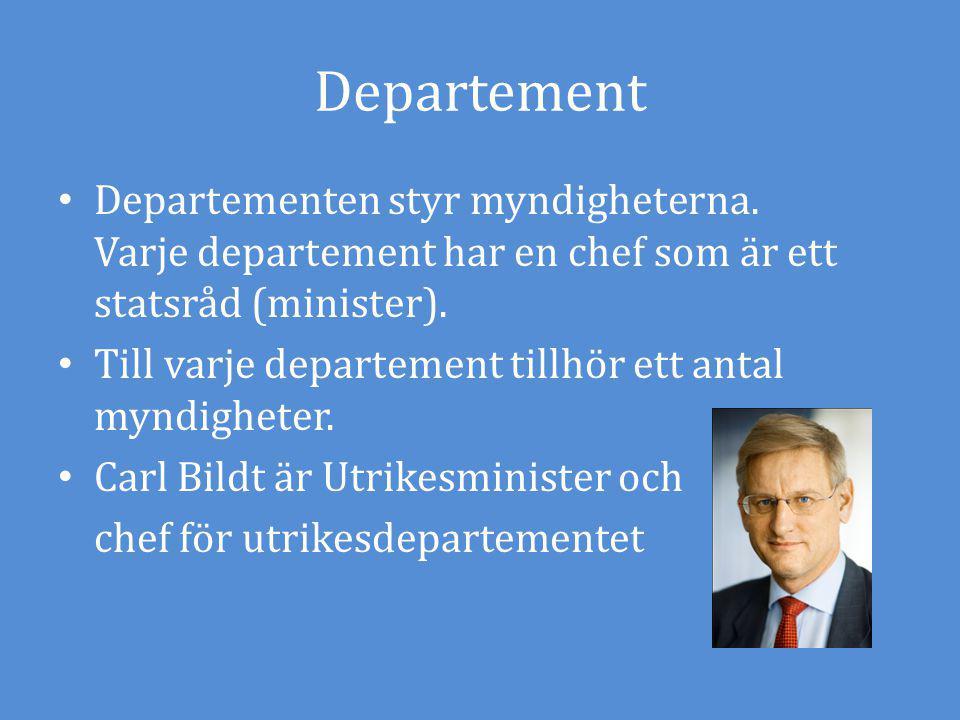 Departement Departementen styr myndigheterna. Varje departement har en chef som är ett statsråd (minister). Till varje departement tillhör ett antal m