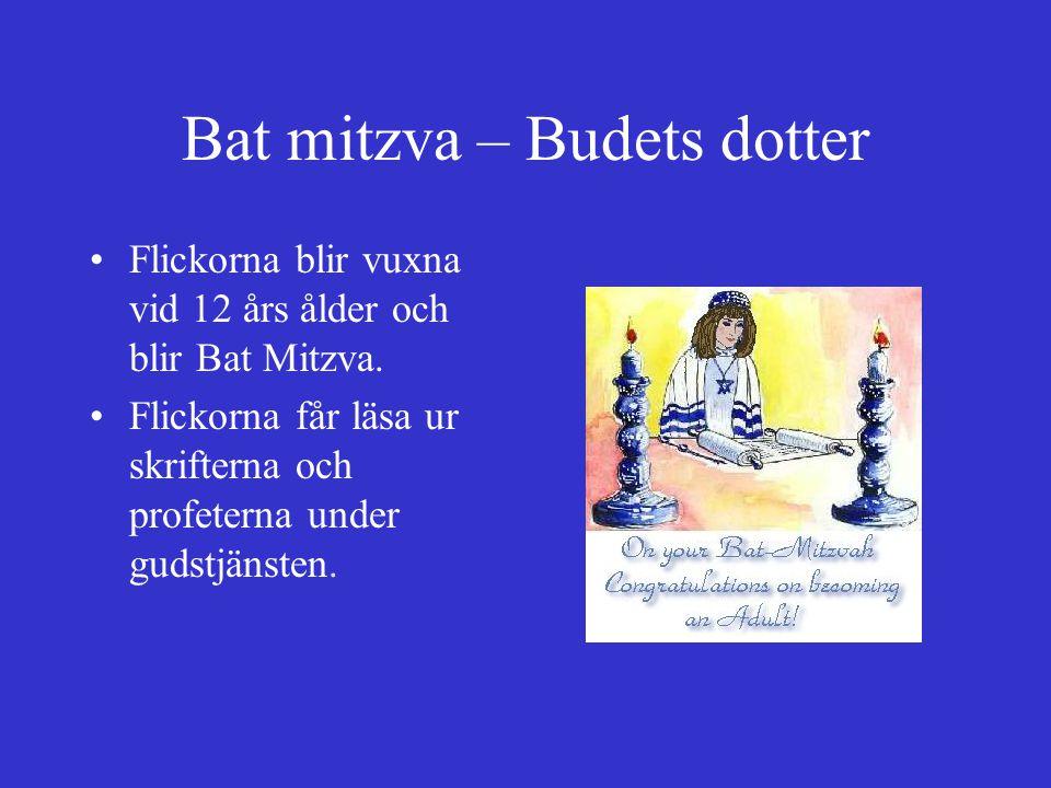 Bat mitzva – Budets dotter Flickorna blir vuxna vid 12 års ålder och blir Bat Mitzva. Flickorna får läsa ur skrifterna och profeterna under gudstjänst