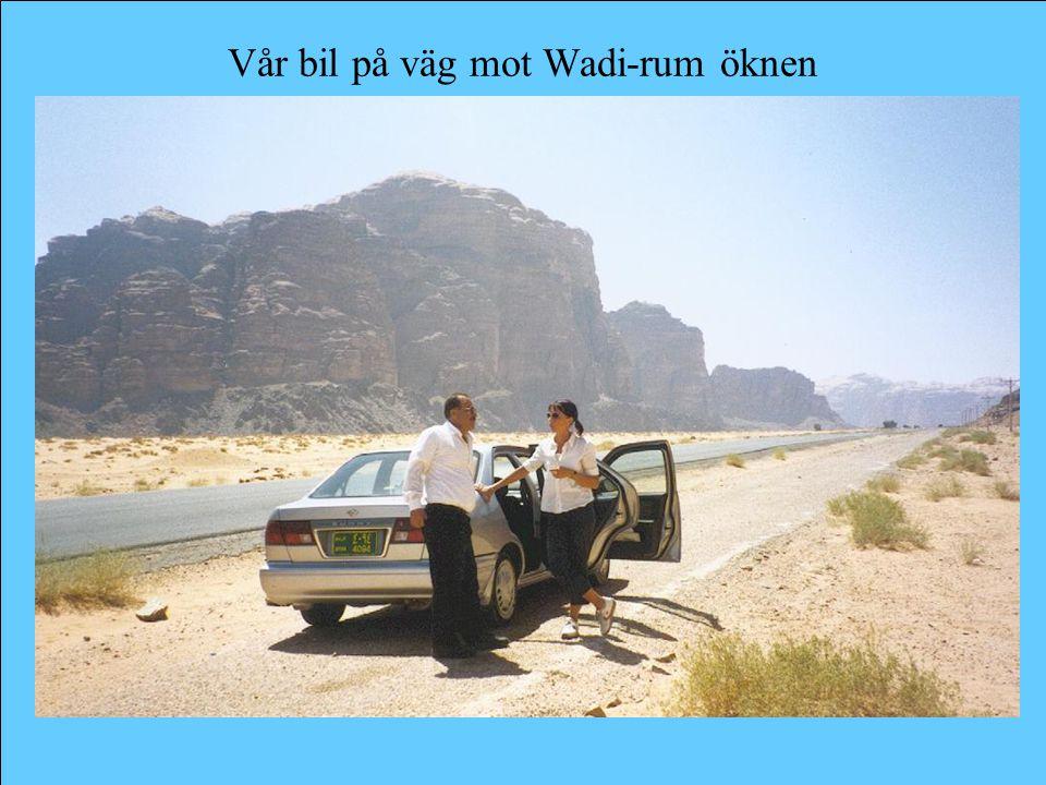 Vår bil på väg mot Wadi-rum öknen