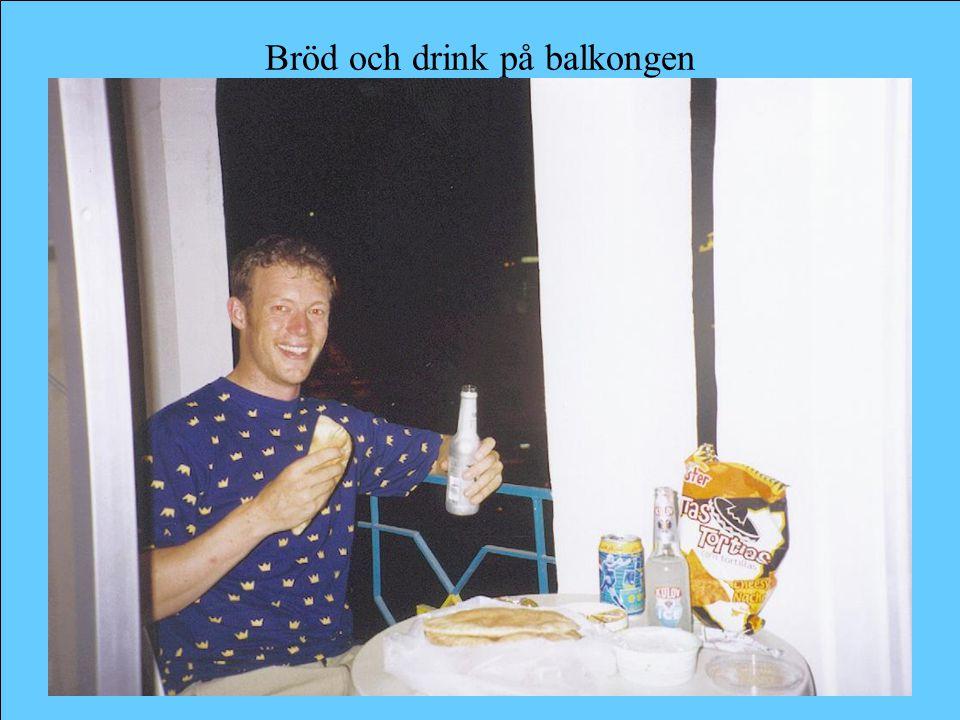 Bröd och drink på balkongen