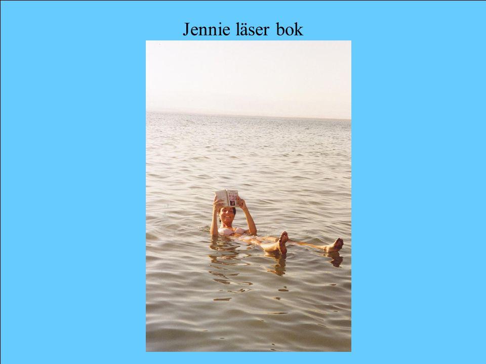 Jennie läser bok