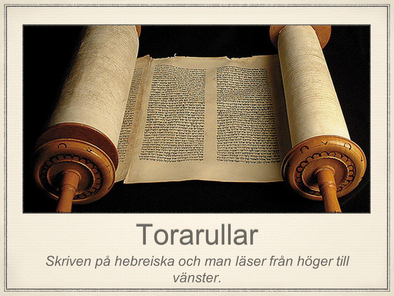 Torarullar Skriven på hebreiska och man läser från höger till vänster.