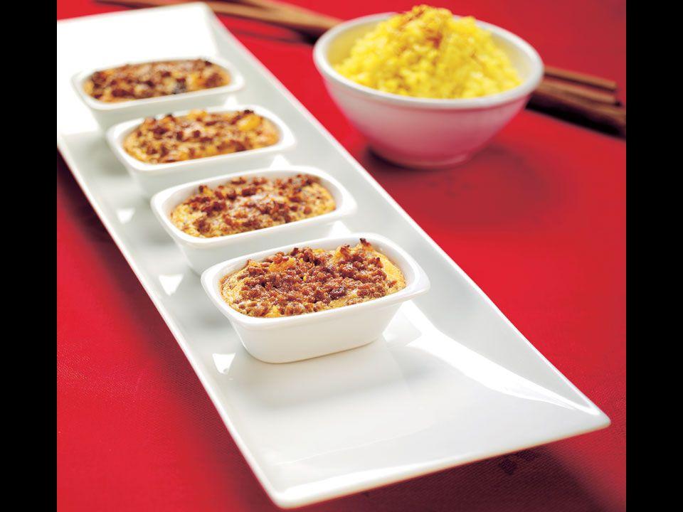 BOBOTIE MED SAFFRANSRIS - 4 portioner 1 pkt Hälsans Kök Mince (färs) 2 msk smör 0,5 dl finhackad gul lök 1 tsk riven ingefära 1 msk tomatpuré 1 tsk curry 2 msk mango chutney 0,5 dl torkade, strimlade aprikoser 0,5 dl russin 2 dl mjölk 2 ägg Värm ugnen till 175°C.