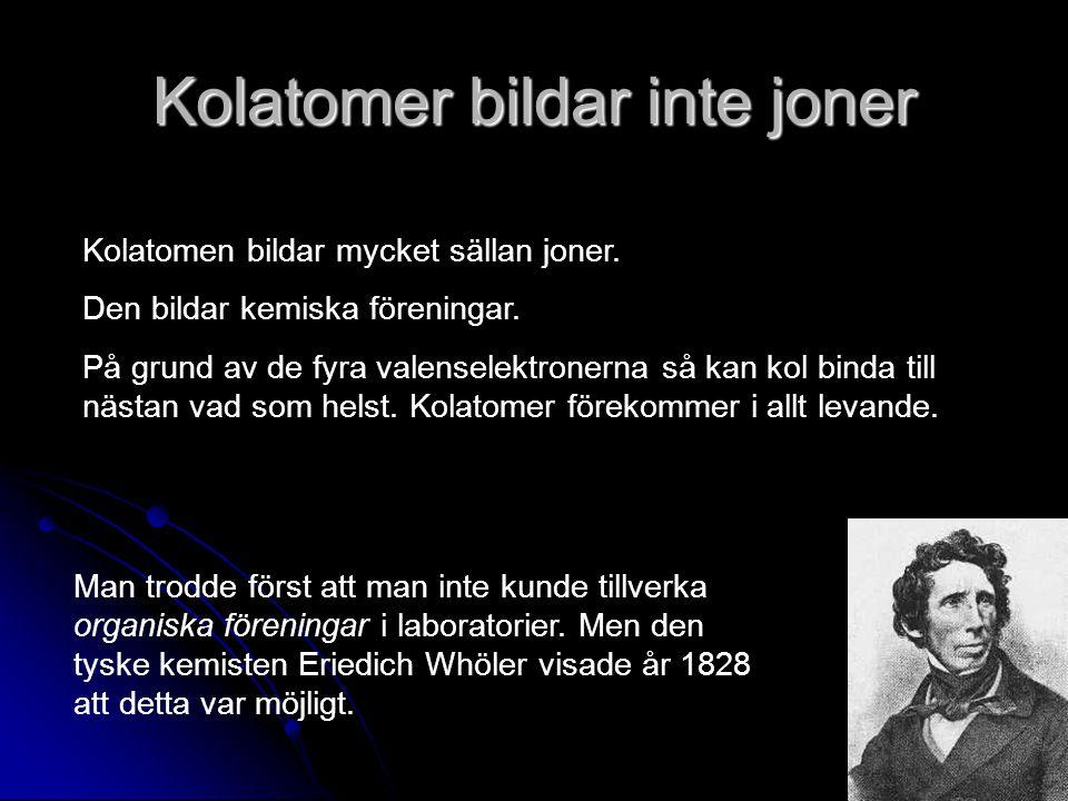Kolatomer bildar inte joner Kolatomen bildar mycket sällan joner. Den bildar kemiska föreningar. På grund av de fyra valenselektronerna så kan kol bin