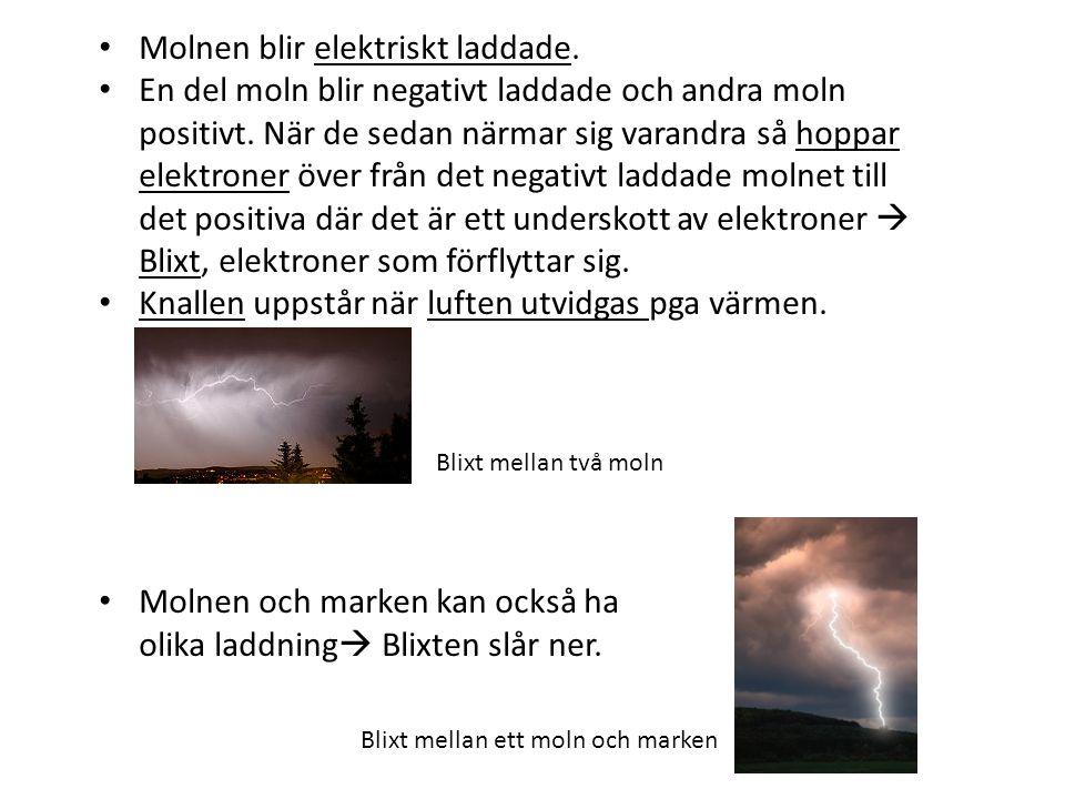 Molnen blir elektriskt laddade. En del moln blir negativt laddade och andra moln positivt. När de sedan närmar sig varandra så hoppar elektroner över