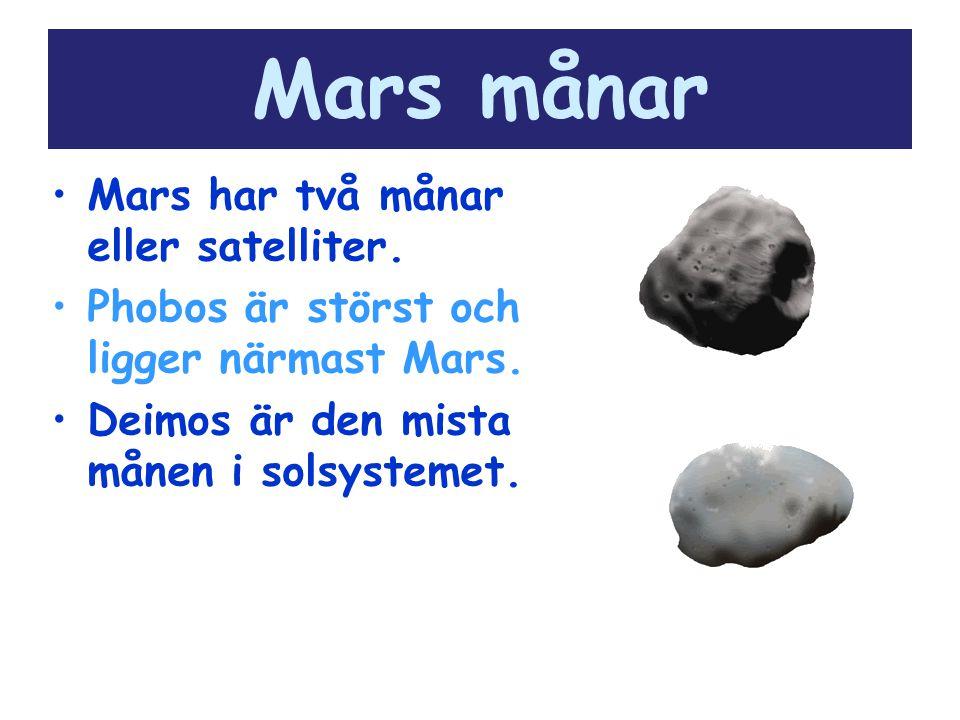 Mars månar Mars har två månar eller satelliter. Phobos är störst och ligger närmast Mars. Deimos är den mista månen i solsystemet.