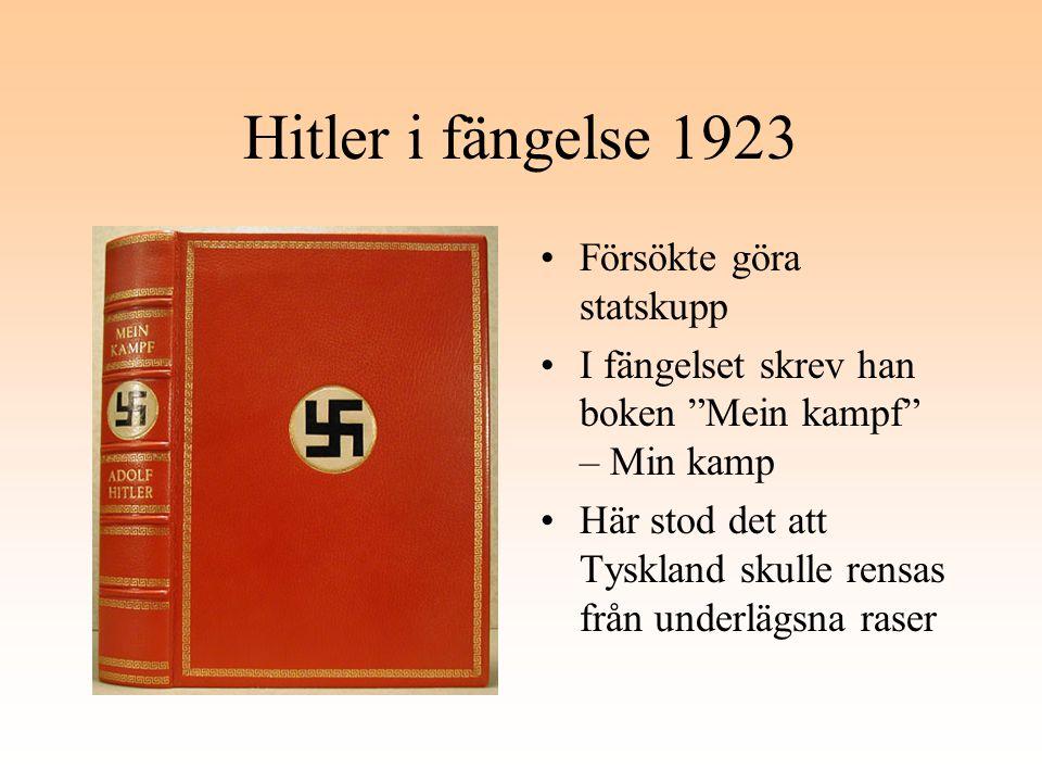 """Hitler i fängelse 1923 Försökte göra statskupp I fängelset skrev han boken """"Mein kampf"""" – Min kamp Här stod det att Tyskland skulle rensas från underl"""