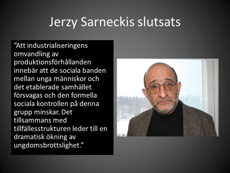 Jerzy Sarneckis slutsats Att industrialiseringens omvandling av produktionsförhållanden innebär att de sociala banden mellan unga människor och det etablerade samhället försvagas och den formella sociala kontrollen på denna grupp minskar.