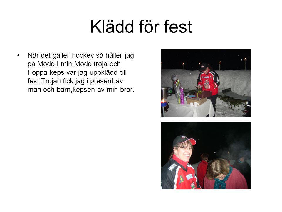 Klädd för fest När det gäller hockey så håller jag på Modo.I min Modo tröja och Foppa keps var jag uppklädd till fest.Tröjan fick jag i present av man och barn,kepsen av min bror.