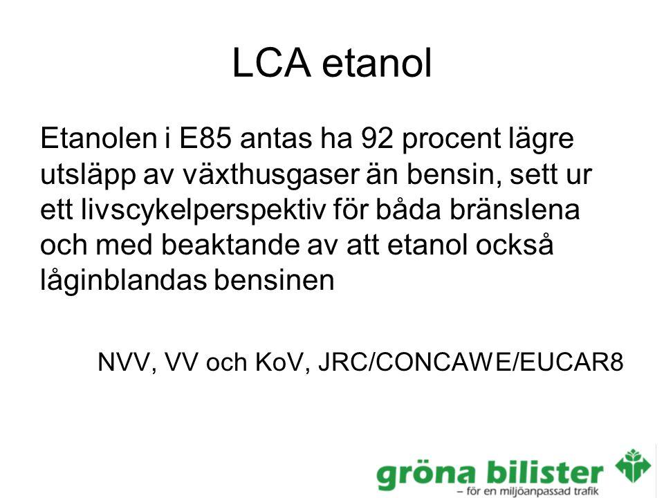 LCA etanol Etanolen i E85 antas ha 92 procent lägre utsläpp av växthusgaser än bensin, sett ur ett livscykelperspektiv för båda bränslena och med beaktande av att etanol också låginblandas bensinen NVV, VV och KoV, JRC/CONCAWE/EUCAR8