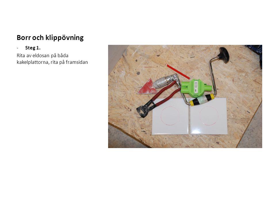 Borr och klippövning -Steg 1. Rita av eldosan på båda kakelplattorna, rita på framsidan
