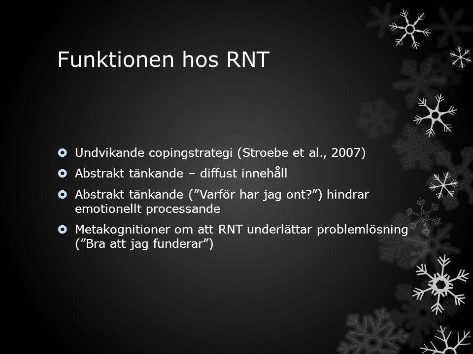 """Funktionen hos RNT  Undvikande copingstrategi (Stroebe et al., 2007)  Abstrakt tänkande – diffust innehåll  Abstrakt tänkande (""""Varför har jag ont?"""
