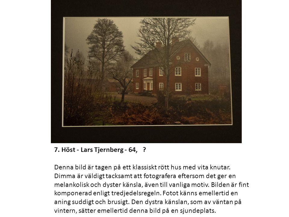7. Höst - Lars Tjernberg - 64, . Denna bild är tagen på ett klassiskt rött hus med vita knutar.