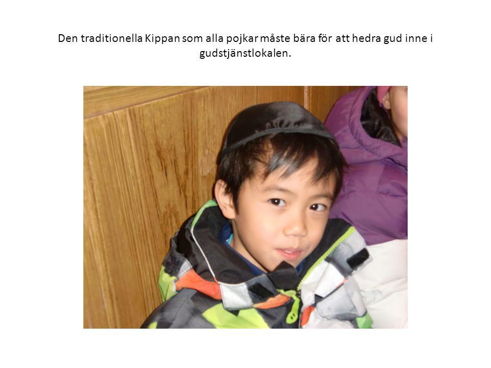 Den traditionella Kippan som alla pojkar måste bära för att hedra gud inne i gudstjänstlokalen.