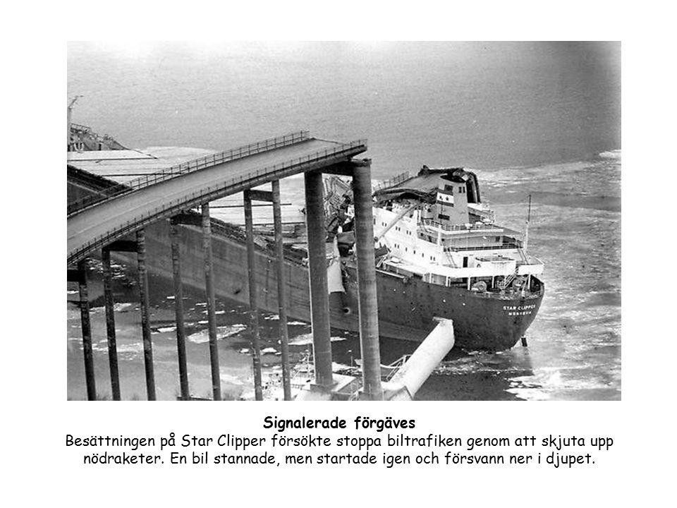 Signalerade förgäves Besättningen på Star Clipper försökte stoppa biltrafiken genom att skjuta upp nödraketer. En bil stannade, men startade igen och