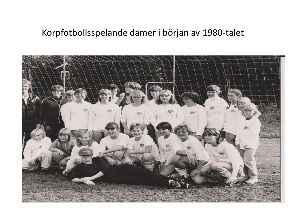 Korpfotbollsspelande damer i början av 1980-talet