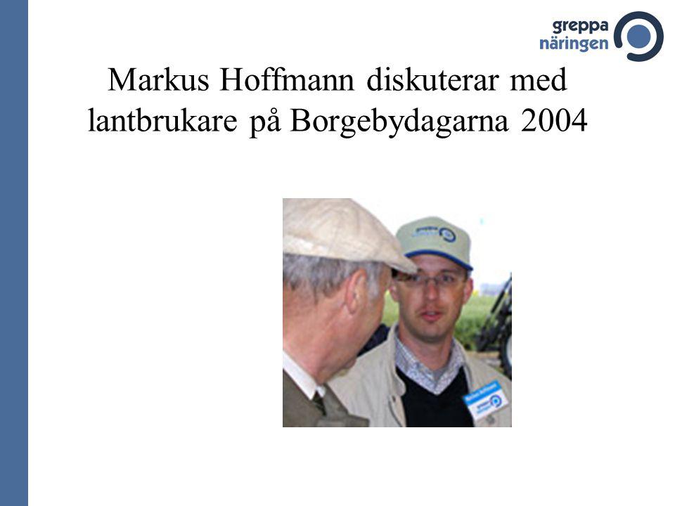 Markus Hoffmann diskuterar med lantbrukare på Borgebydagarna 2004