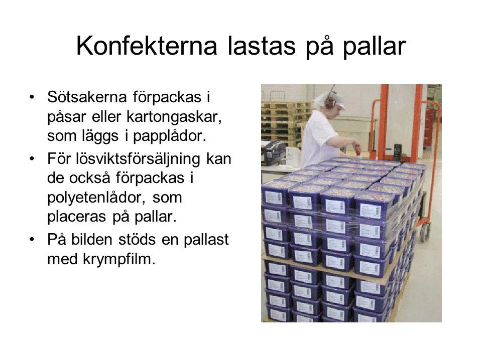 Konfekterna lastas på pallar Sötsakerna förpackas i påsar eller kartongaskar, som läggs i papplådor.