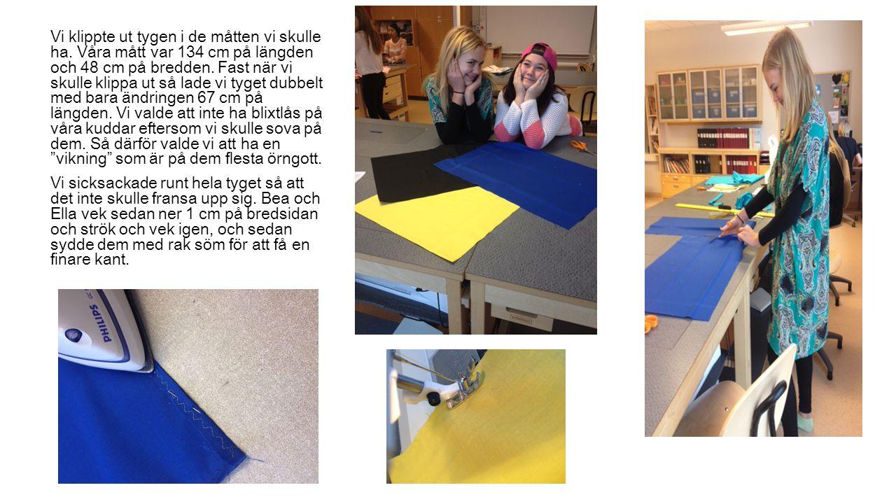 Vi klippte ut tygen i de måtten vi skulle ha. Våra mått var 134 cm på längden och 48 cm på bredden. Fast när vi skulle klippa ut så lade vi tyget dubb