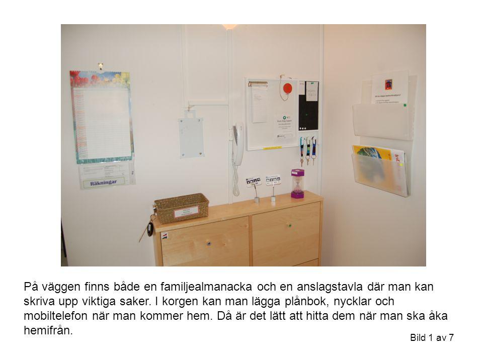 Bild 1 av 7 På väggen finns både en familjealmanacka och en anslagstavla där man kan skriva upp viktiga saker. I korgen kan man lägga plånbok, nycklar