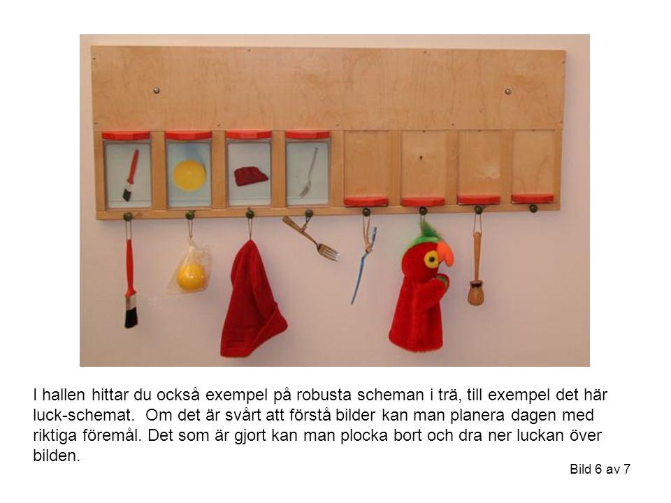 Bild 6 av 7 I hallen hittar du också exempel på robusta scheman i trä, till exempel det här luck-schemat.