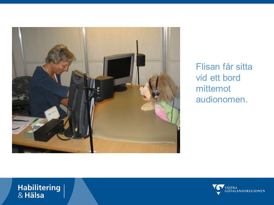 Flisan får sitta vid ett bord mittemot audionomen.