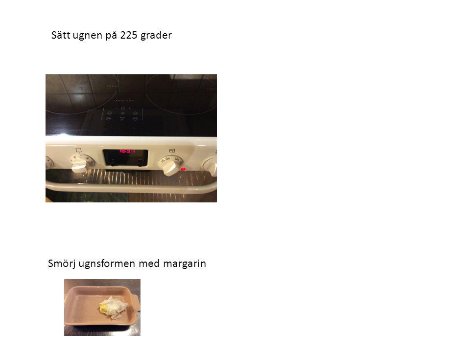 Sätt ugnen på 225 grader Smörj ugnsformen med margarin