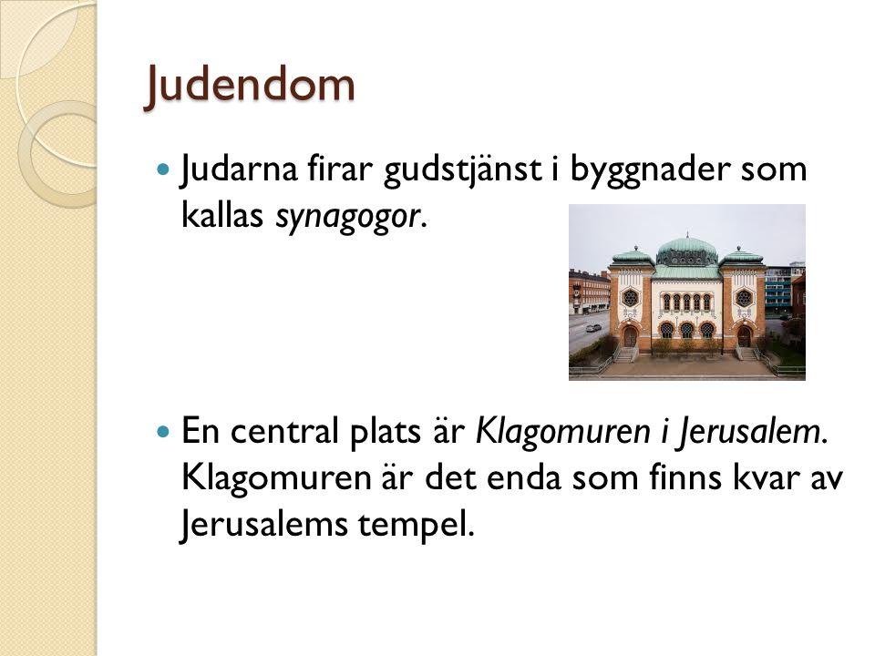 Judendom Judarna firar gudstjänst i byggnader som kallas synagogor. En central plats är Klagomuren i Jerusalem. Klagomuren är det enda som finns kvar