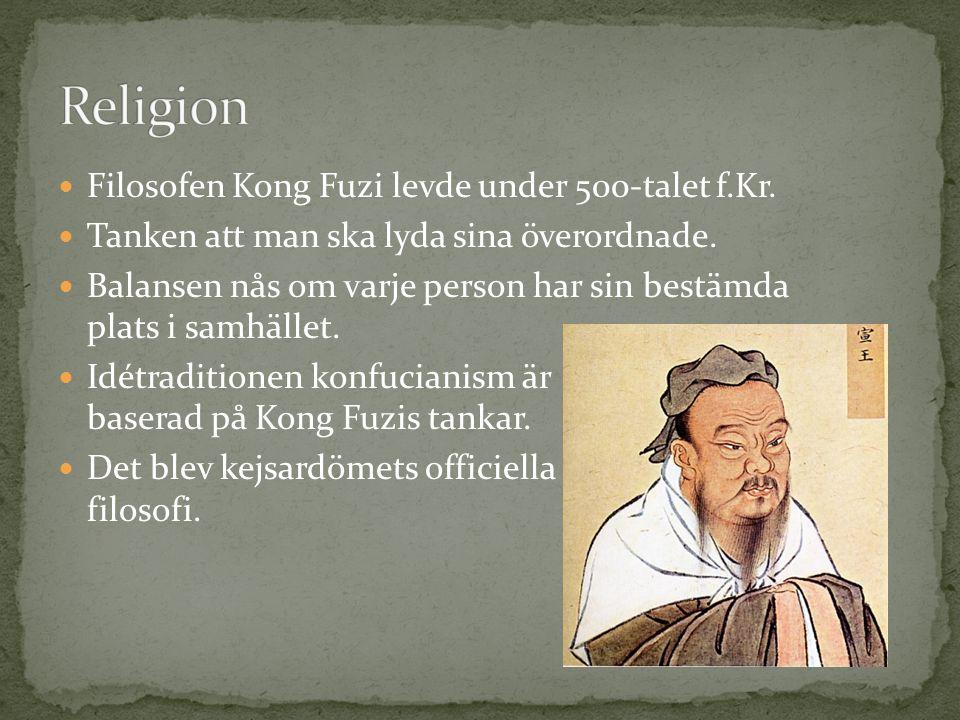 Filosofen Kong Fuzi levde under 500-talet f.Kr.Tanken att man ska lyda sina överordnade.