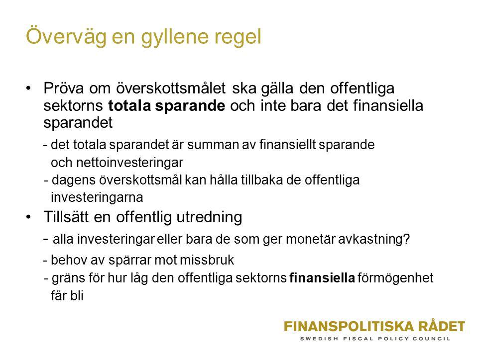 Överväg en gyllene regel Pröva om överskottsmålet ska gälla den offentliga sektorns totala sparande och inte bara det finansiella sparandet - det tota