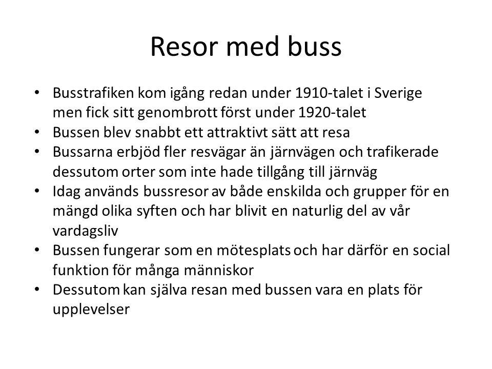 Resor med buss Busstrafiken kom igång redan under 1910-talet i Sverige men fick sitt genombrott först under 1920-talet Bussen blev snabbt ett attraktivt sätt att resa Bussarna erbjöd fler resvägar än järnvägen och trafikerade dessutom orter som inte hade tillgång till järnväg Idag används bussresor av både enskilda och grupper för en mängd olika syften och har blivit en naturlig del av vår vardagsliv Bussen fungerar som en mötesplats och har därför en social funktion för många människor Dessutom kan själva resan med bussen vara en plats för upplevelser