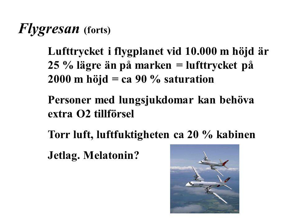 Flygresan (forts) Lufttrycket i flygplanet vid 10.000 m höjd är 25 % lägre än på marken = lufttrycket på 2000 m höjd = ca 90 % saturation Personer med