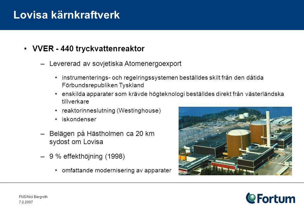 FNS/Nici Bergroth 7.2.2007 Lovisa kärnkraftverk Det finns flera säkerhetsfaktorer i anläggningar av VVER-typ –Reaktorns verksamhet är ickeöverraskande och lätt att kontrollera –Bränslet belastas inte lika mycket som i västerländska reaktorer –Möjliga störningar, som fel i apparaterna orsakar, är långsamma beror i första hand på den stora mängd vatten i kylningssystemet i förhållande till reaktorns effekt –Den stora vattenmängden bildar också en buffert, som kan tillåta en flera timmar lång paus i verksamheten innan bränslet i reaktorn smälter