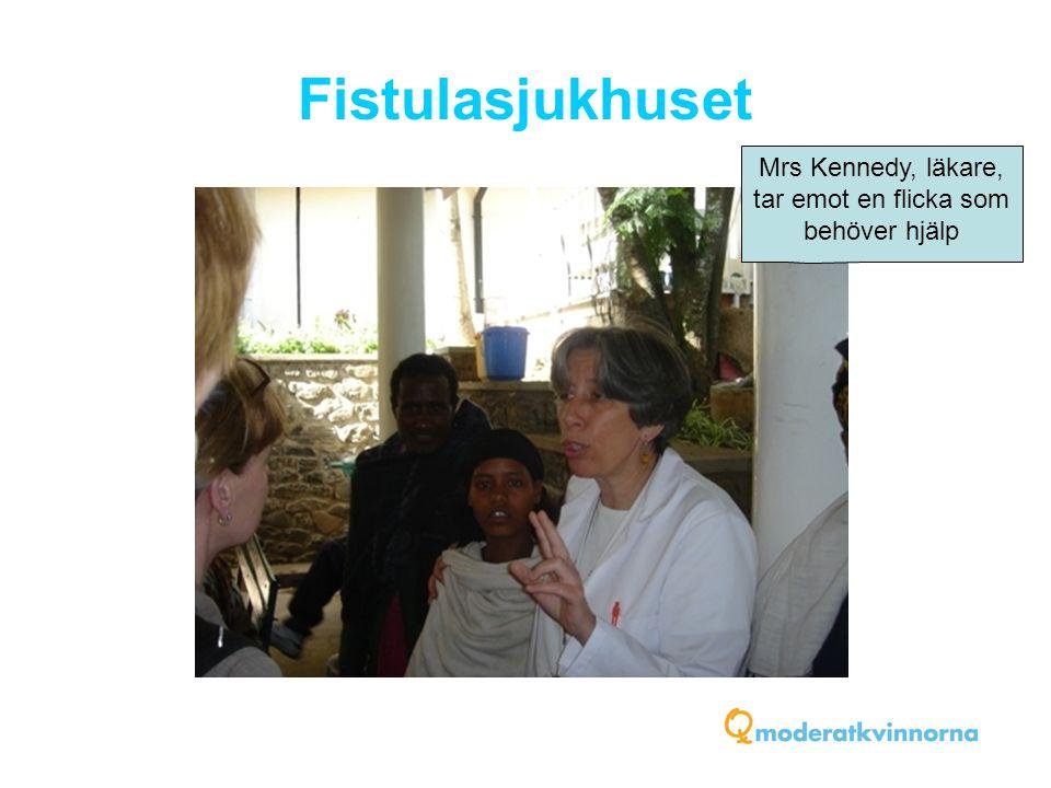 Fistulasjukhuset Mrs Kennedy, läkare, tar emot en flicka som behöver hjälp