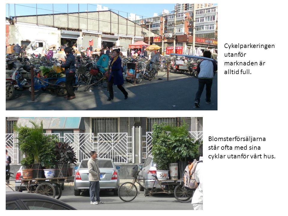 Cykelparkeringen utanför marknaden är alltid full. Blomsterförsäljarna står ofta med sina cyklar utanför vårt hus.