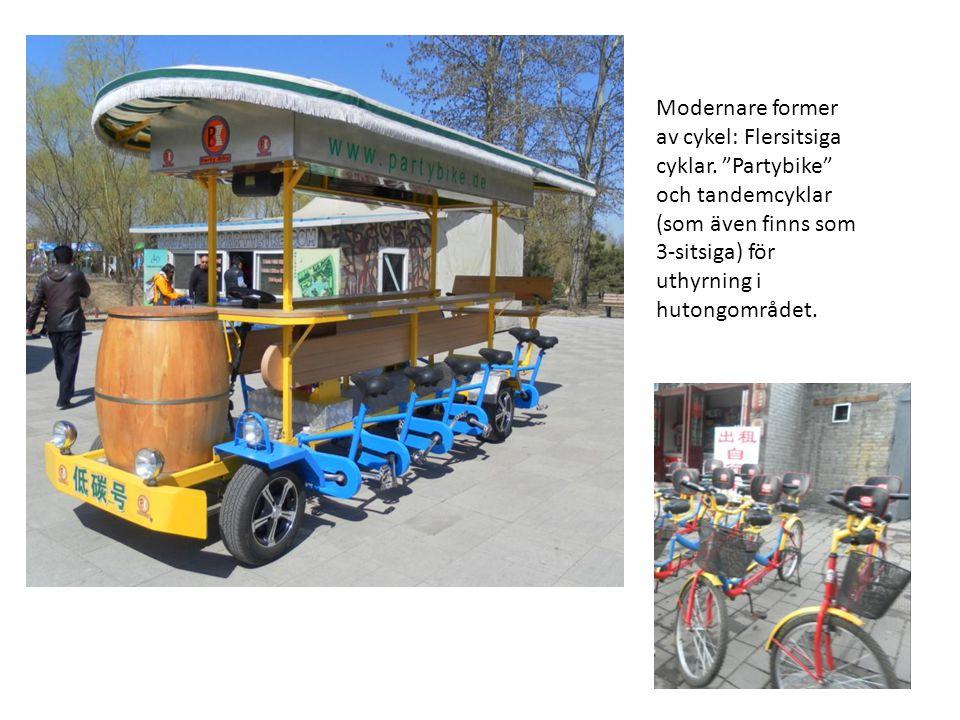 """Modernare former av cykel: Flersitsiga cyklar. """"Partybike"""" och tandemcyklar (som även finns som 3-sitsiga) för uthyrning i hutongområdet."""