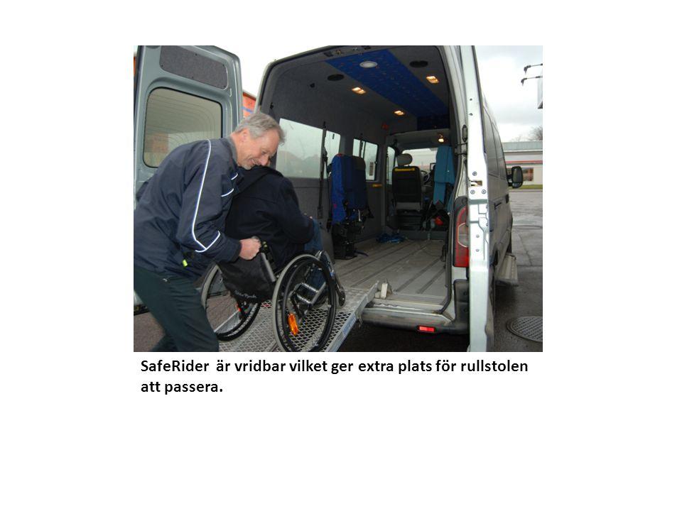 SafeRider är vridbar vilket ger extra plats för rullstolen att passera.