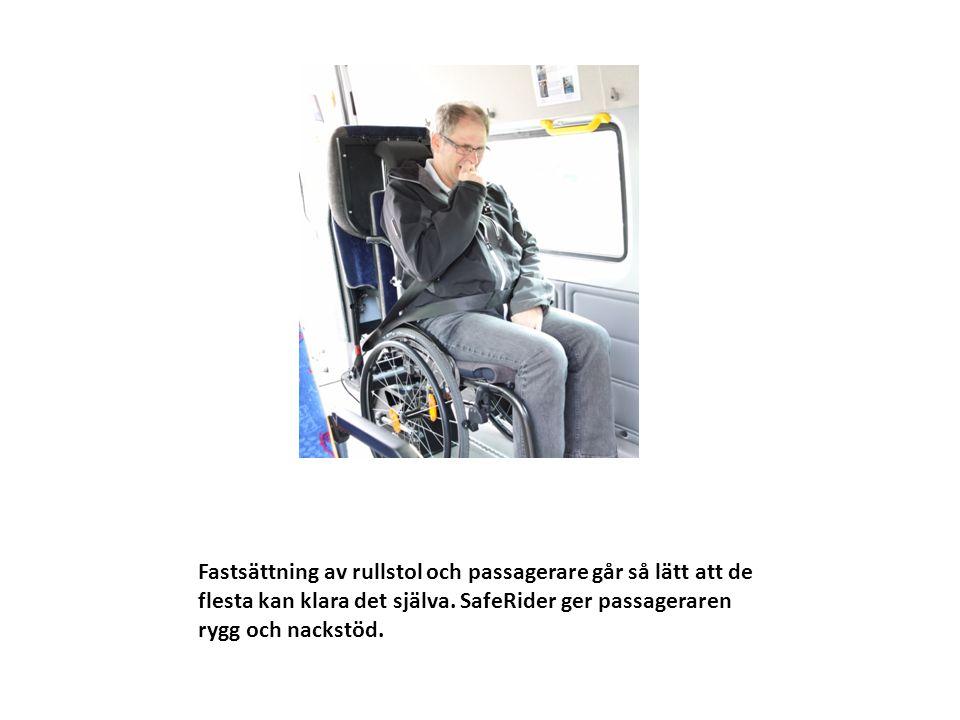Fastsättning av rullstol och passagerare går så lätt att de flesta kan klara det själva.